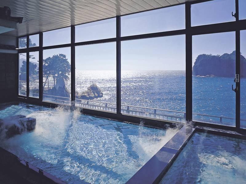 【大浴場「駿河の湯」】目の前に駿河湾と三四郎島を眺めることができる展望大浴場