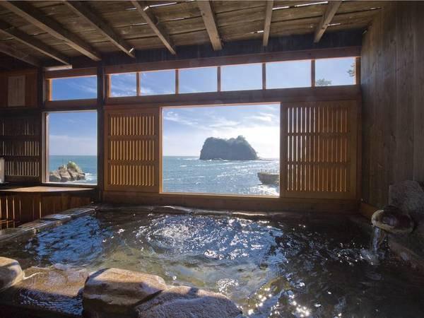 【海辺の貸切露天「だんらん」】西伊豆の美しい海と三四郎島を眺めながらゆったりと湯を堪能できる貸切露天は、なんと無料で利用可能!