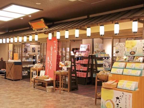 館内は全体に昭和レトロモダン。売店もお祭り風