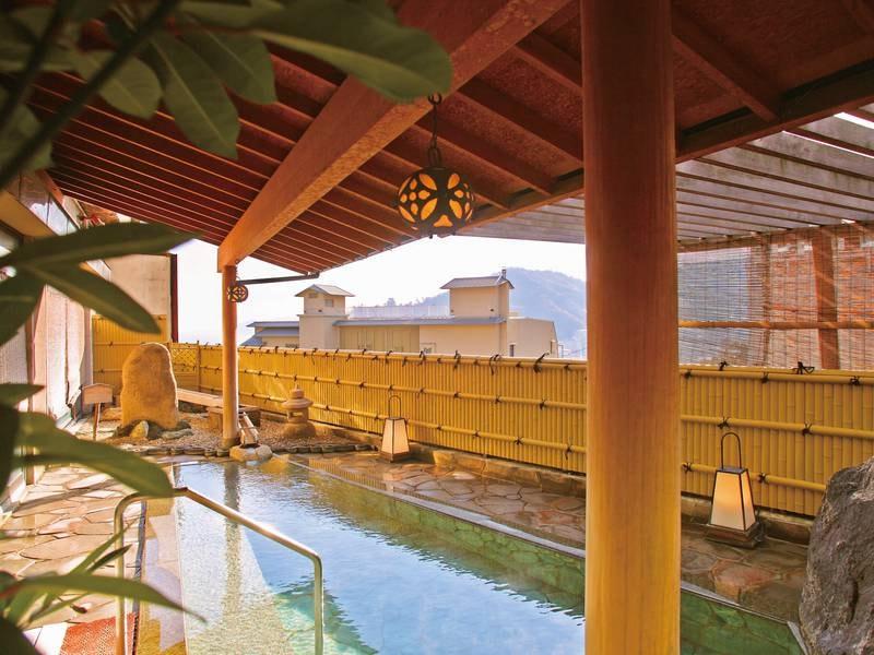【露天風呂「芭蕉の湯」】海と街並みを一望でき、日が暮れると熱海の夜景も楽しめる