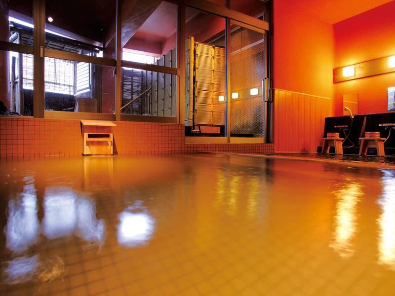 【大浴場「紅葉の湯」】浴槽にかけ流される2本の自家源泉を心ゆくまで堪能