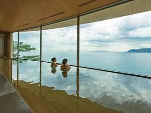 内湯からも大きな窓から海を一望!