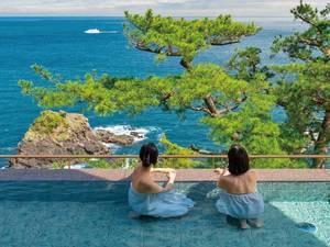 『断崖の段々湯』からは、見事な松と、広々とした海の絶景が!