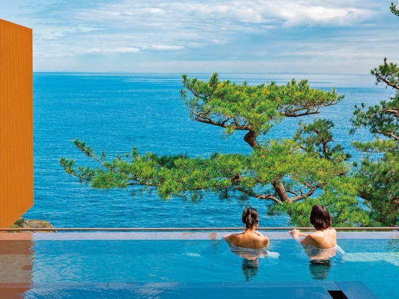 『断崖の段々湯』からは、見事な松と、一面に広がる海の絶景を!