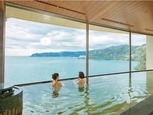 内湯からも、大きな窓から海を一望!