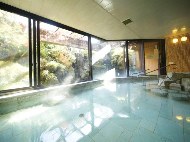【本館大浴場】滝の音が心地よい展望大浴場