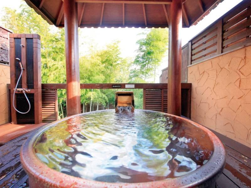 【ガゼボ露天風呂】日本の伝統的な信楽焼の壺風呂の湯船(無料)