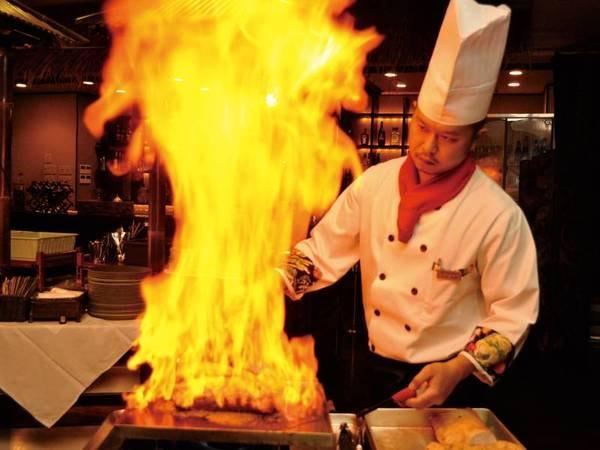 【夕食】メインの肉料理はシェフが豪快にフランベ!