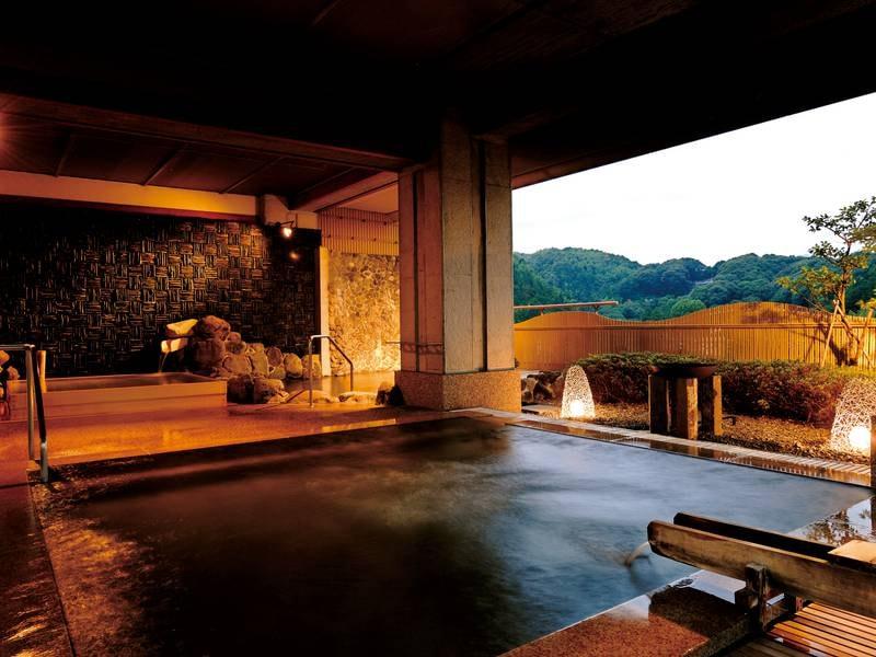 【露天泡風呂】足元への刺激が心地良い御影石が心地よくマッサージしてくれます
