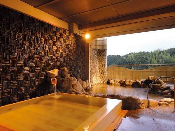 【国産檜葉造りの露天風呂】抗菌作用に優れ、美肌にも効果があるとされる国産檜葉を使った浴槽