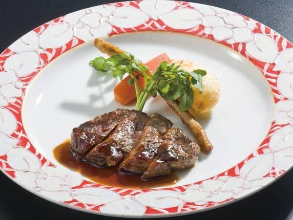 【選べるグリル/例】宿自慢のオープンキッチンで選べるグリル料理(当日選択)をご提供。写真は牛ステーキ