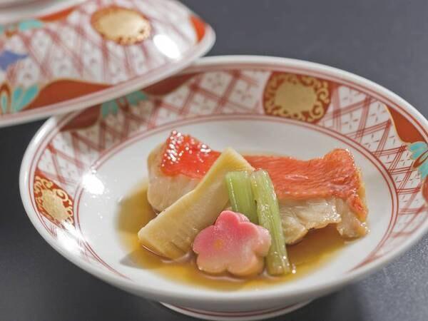 【選べるグリル/例】宿自慢のオープンキッチンで選べるグリル料理(当日選択)をご提供。写真は金目鯛料理/例