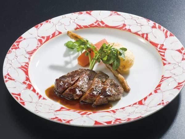 【選べるグリル/例】宿自慢のオープンキッチンで選べるグリル料理(当日1名につき2品選択)をご提供。写真は牛ステーキ