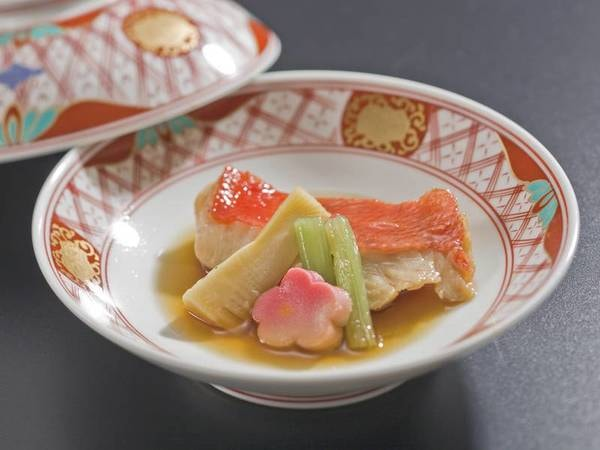 【選べるグリル/例】宿自慢のオープンキッチンで選べるグリル料理(当日1名につき2品選択)をご提供。写真は金目鯛料理