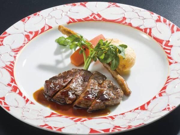 【2品選べるグリル/例】宿自慢のオープンキッチンで選べるグリル料理(当日選択)をご提供※写真は牛ステーキ一例