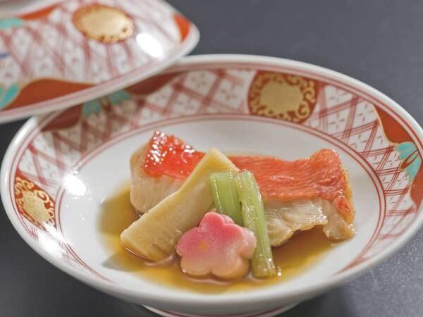 【2品選べるグリル/例】宿自慢のオープンキッチンで選べるグリル料理(当日選択)をご提供※写真は金目鯛料理一例