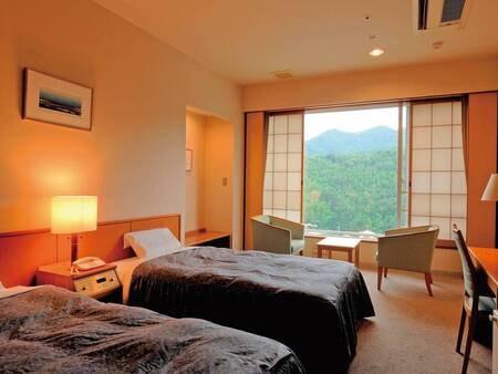 【洋室ツイン(禁煙)/例】ツインベッドを配置した落ち着いた客室。窓からは、箱根や伊豆の山々が望めます