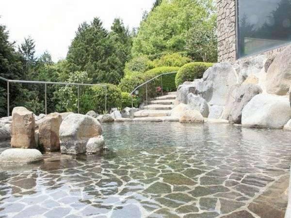 【露天風呂】ゆったりとした露天風呂で自然を感じながらの湯浴み
