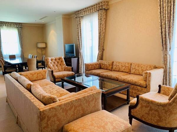 *【特別室/ロイヤルスイートルーム洋室】大きなソファーセットを構えたリビングと寝室のスイートルーム