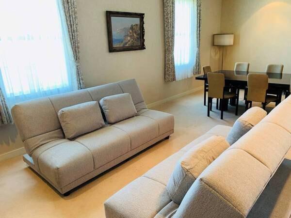 *【特別室/ロイヤルスイートルーム洋室】客室はリビングと寝室の2間で、広さは151㎡です。