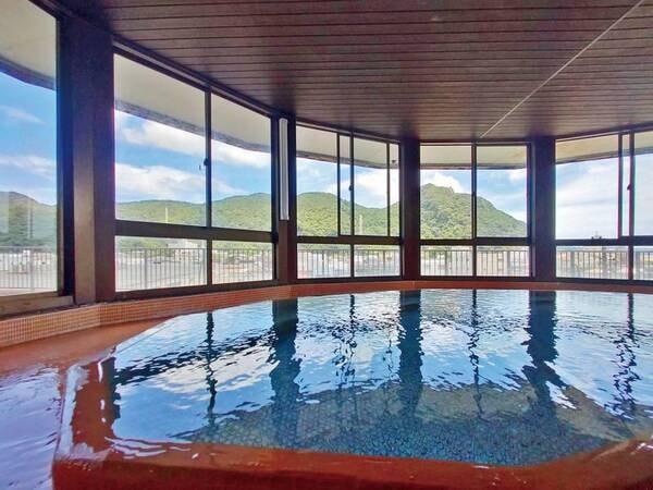 【男性浴場「ねすかた風呂」】下田の町や目の前の寝姿山を眺めながら源泉かけ流しの湯を堪能