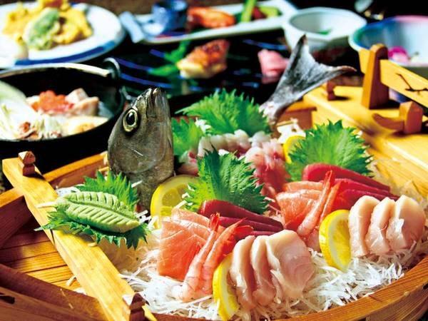 【夕食/例】金目鯛入り海鮮たっぷり鍋・お造りの舟盛・旬魚の焼物…など全9品