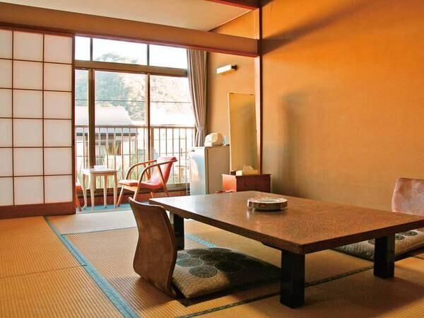 【和室/例】レトロな雰囲気。下田の街を一望する8~10畳の和室