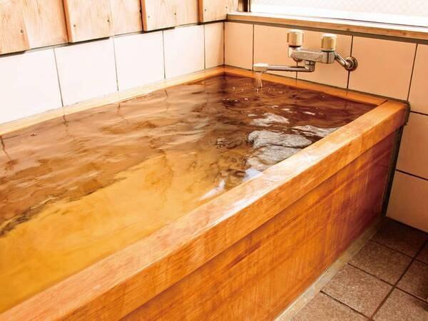 【温泉檜風呂付客室/例】コンパクトだが、大浴場と同じ源泉かけ流しの温泉ひのき風呂付き