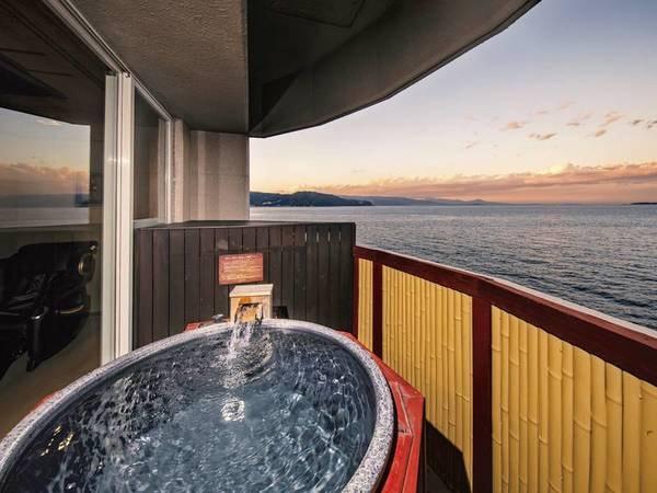 【客室露天風呂】全室に海を眼前に望む温泉露天風呂付