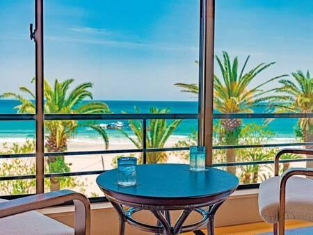 【客室眺望/例】客室から白い砂浜と青い海を望む