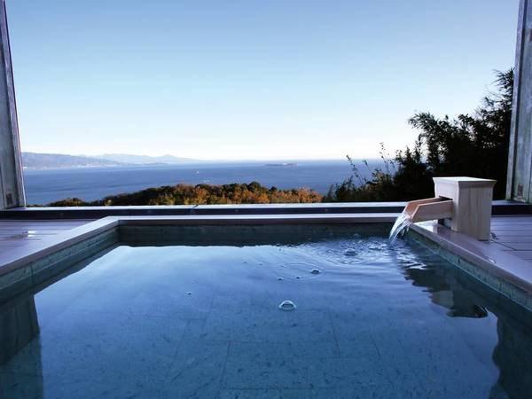 【貸切風呂/せいたくの湯(1階)】屋根と窓がついた半露天風呂