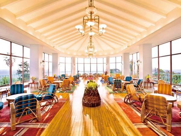 【カフェサンパーラー】相模湾のパノラマを一望する館内カフェ