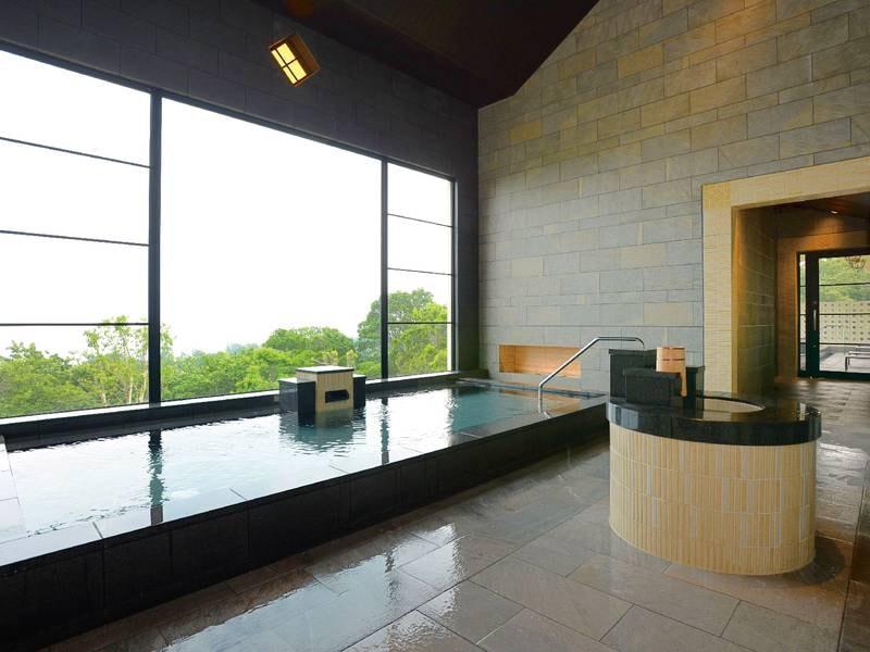 【大浴場/女性(2階)】大きな窓から景色を望む