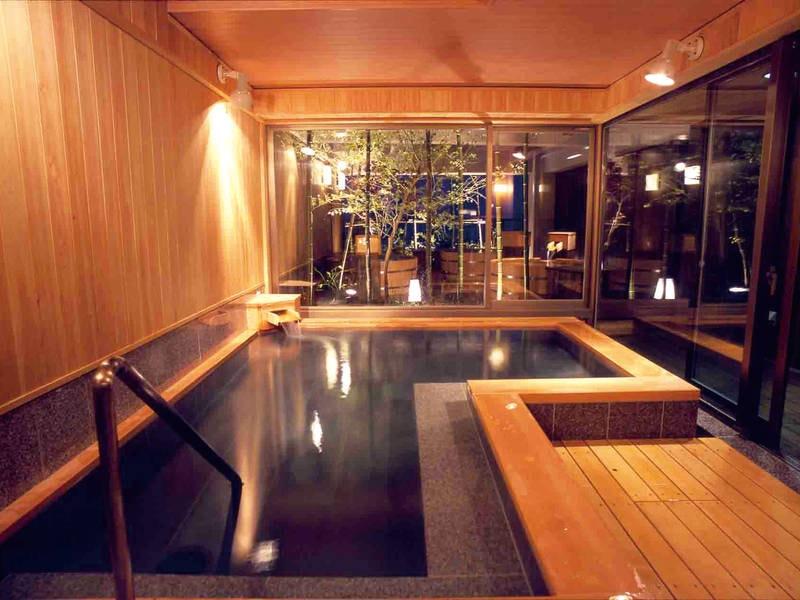 【天空の森/内湯】モダンな湯船で温泉満喫