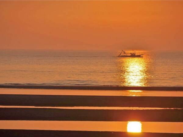 """【真玉海岸】日本の夕陽百選""""に選ばれた美しい夕陽は人気のフォトスポット!干潮と日の入が重なると、キレイな縞模様が浮かび上がり、美しい情景を映し出します。車で約8分。事前予約で送迎が可能です。"""