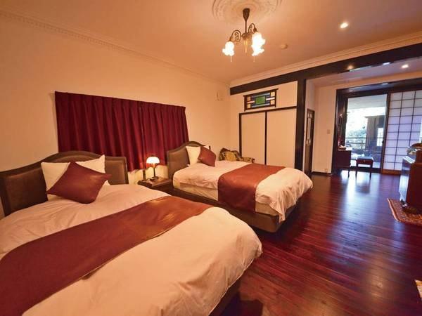 特別室『かをり』寝室 シモンズ製セミダブルベッドを二つ配置
