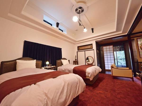 特別室『かすみ』寝室 シモンズ製セミダブルベッドを二つ配置