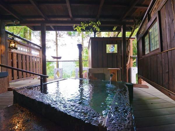 特別室『かすみ』露天風呂 桜滝の滝音をBGMに、24時間かけ流しの天水の湯。