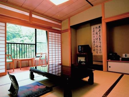 和室/例 窓からは渓谷沿いの四季折々の景色を望める