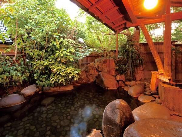 【露天風呂・岩魚の湯】やわらかい泉質が心身を愉悦へと導く