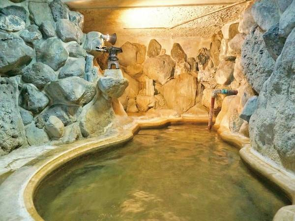 【岩風呂】大岩に囲まれた浴槽