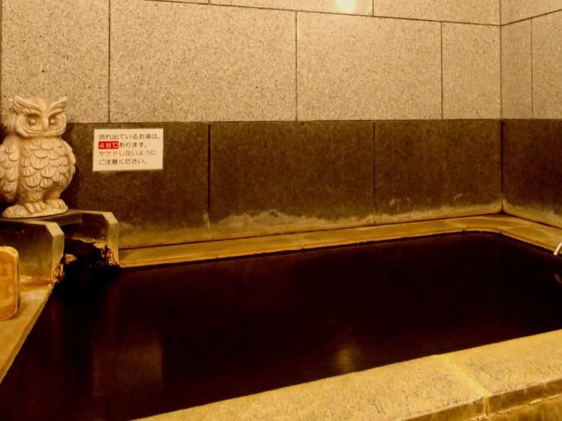 【家族(個室)風呂】源泉掛け流しの豊かな温泉を貸切でお愉しみいただけます。ゆったりとしたひとときをお過ごしください。※本館の2階・大浴場に隣接