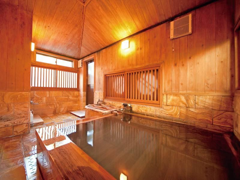 【檜風呂(内湯)】源泉100%掛け流しのお湯を貸切でご利用いただけます