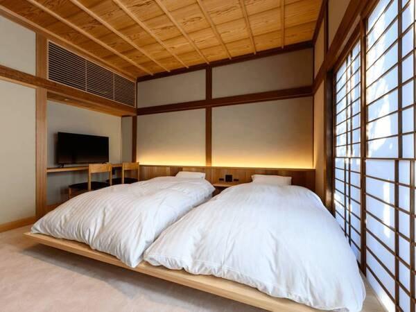 【楓(かえで)の間/例】8帖。数寄屋造りの雰囲気。マットレスベッド2台設置