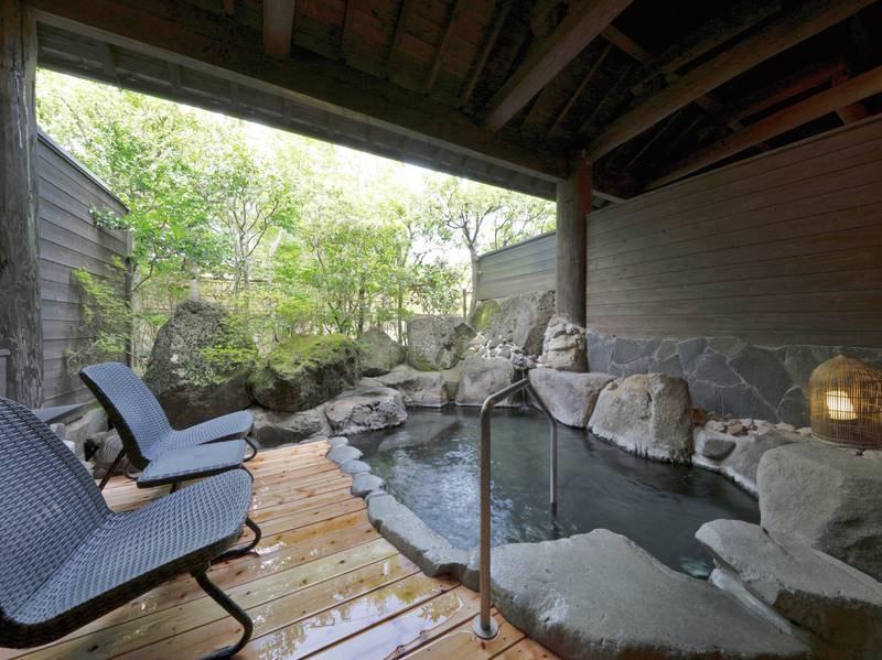 【露天風呂】デッキチェアも完備された風吹く抜ける心地よい空間
