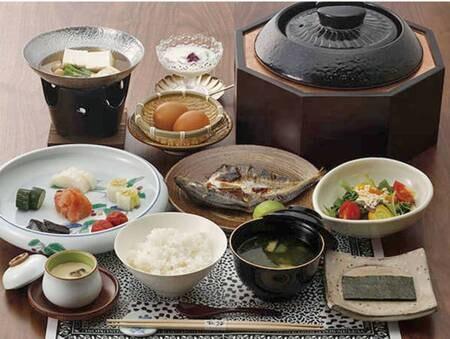 【朝食/例】地元の採れたてのお野菜や卵を用いた朝食。 「自家栽培のお米」や「自家製のぬか漬け」をはじめ、シンプルだからこそ、いいものを厳選して使用。
