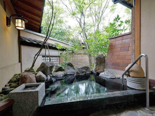【離れ特別室・温泉露天風呂/例】客室に備えられた源泉かけ流しの温泉露天風呂を堪能