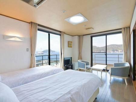 松浦湾を望む洋室(ツインベッド)+8畳のお部屋