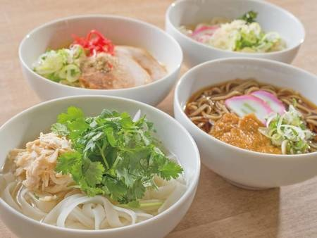 【夕食バイキング/一例】ご当地麺類も豊富!