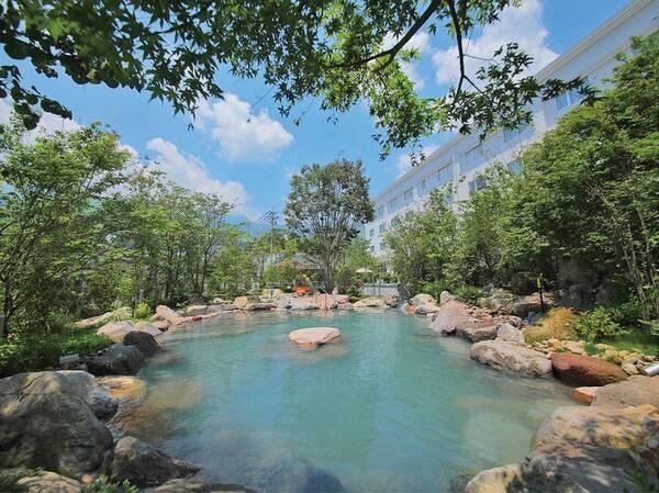 【庭園風呂/露天風呂】カップルやご家族も一緒に水着で楽しめる庭園露天風呂
